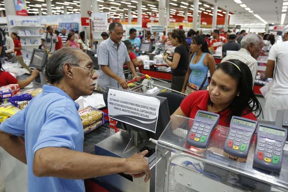 Seis de cada 10 venezolanos dice que consigue comida pero no la puede pagar