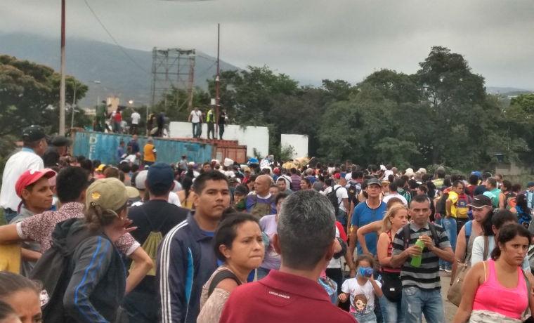Ciudadanos desesperados cruzaron la frontera con Colombia a la fuerza