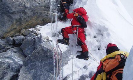 Hubo fila en el Everest para hacer cima