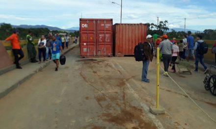 La burla del régimen: entre los containers y humillados ciudadanos cruzan la frontera