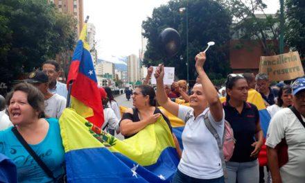 Sector salud tranca avenida San Martín y exigen visita de Bachelet a hospitales