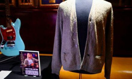 El cárdigan de Kurt Cobain es el suéter más caro vendido en una subasta