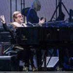 Elton John perdió la voz en un concierto por neumonía