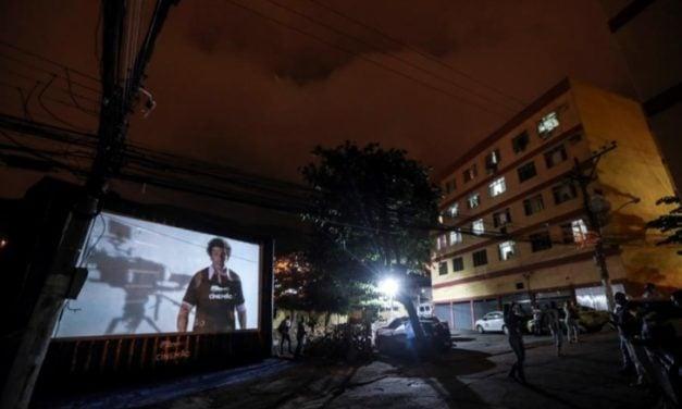 En Río de Janeiro ven películas desde los balcones