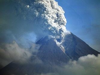 Ruge uno de los volcanes más activos de Indonesia, el Monte Merapi