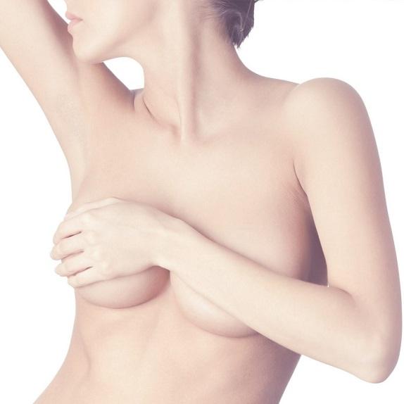 Para evitar la caída de los senos, debes eliminar estos malos hábitos