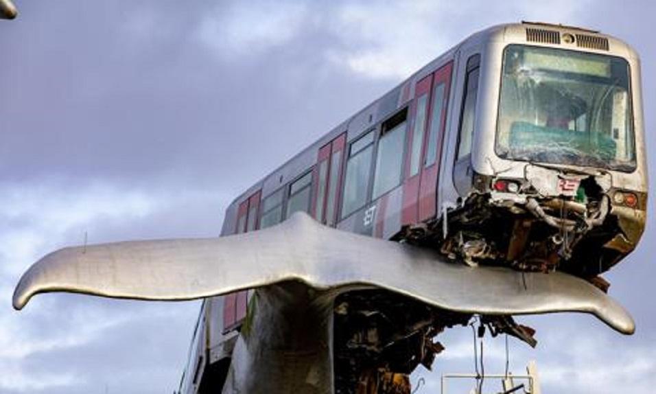 Una escultura, con forma de cola de ballena, evitó un accidente ferroviario