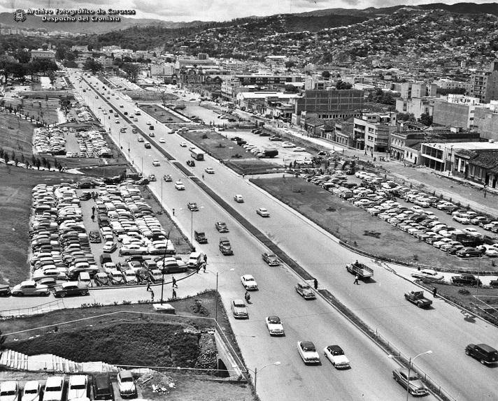 El 31 de diciembre de 1949 se inaugura la Avenida Bolívar de Caracas
