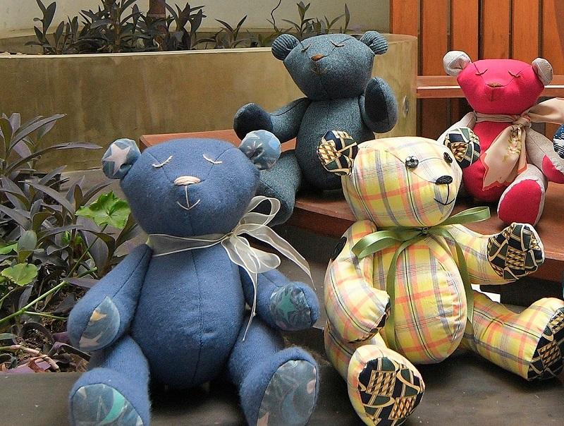 México: Mujer hace osos hechos con ropa de víctimas de COVID-19