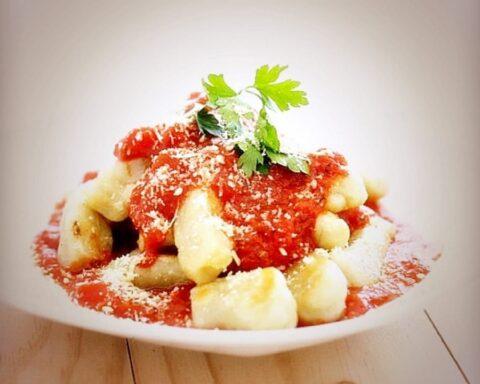 Ñoquis rellenos de queso con salsa napolitana para una cena especial