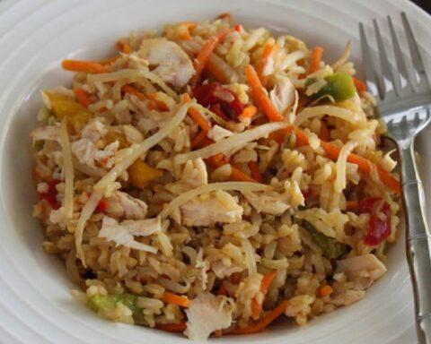 Delicioso arroz con atún y zanahoria fácil y rápido de preparar