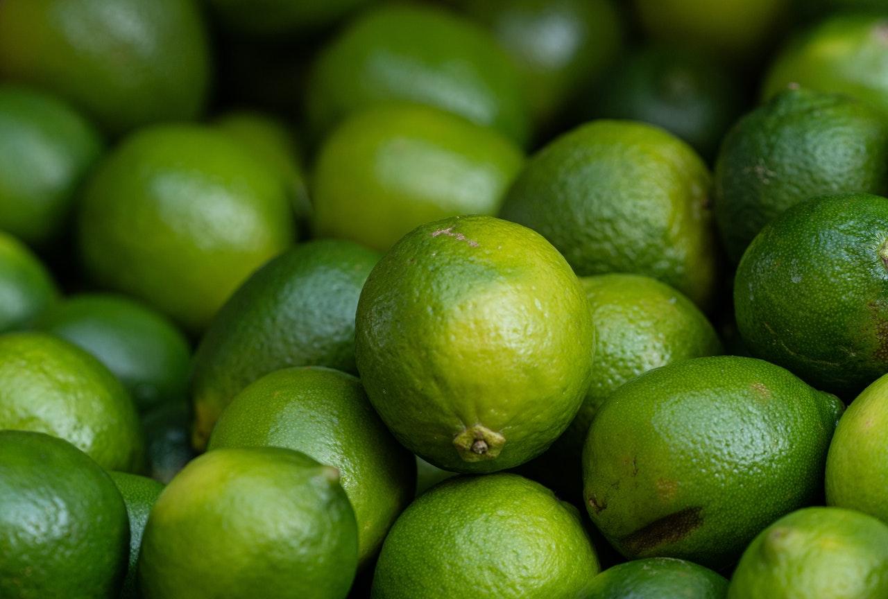 Beneficios beber agua con limón