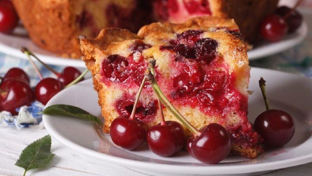 Prepara este delicioso bizcocho esponjoso de frutos rojos con almíbar