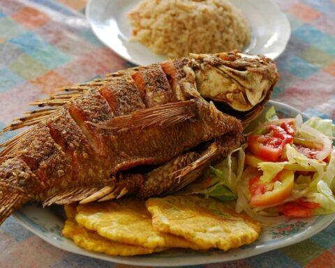Atrévete y prepara este delicioso pescado frito con patacones y salsa