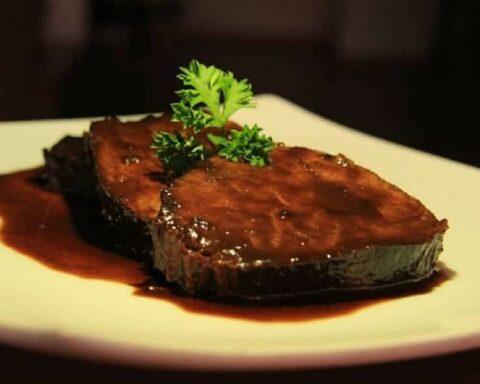 Asado negro con tocineta: suculento plato para una cena especial